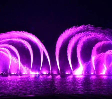 夜晚大型湖面组合喷泉
